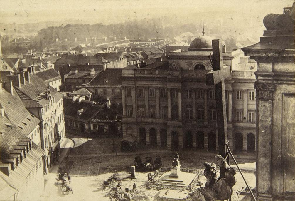 Widoczny Pałac Staszica i pomnik Kopernika, zdjęcie z wieży kościoła śwętego Krzyża